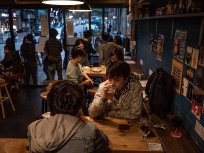 Discoteche, negozi e ristoranti: ecco come (e quando) ripartirà l'Italia