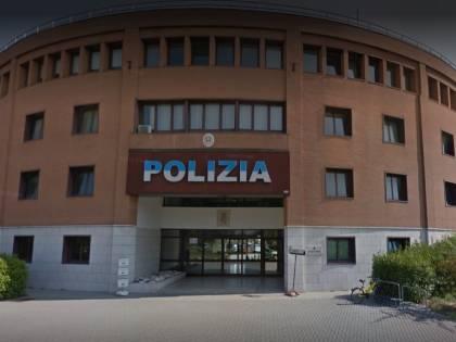 Modena, lo straniero prima si taglia le vene poi aggredisce l'agente