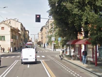 Bologna, paura sul bus: nigeriano perde la testa e attacca agenti