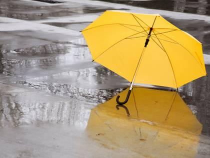 """La pioggia lava le strade"". L'infettivologo smonta la bufala sul virus"