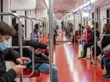 """Metro, """"rischio contagio alto"""". Vagoni pieni soltanto a metà"""