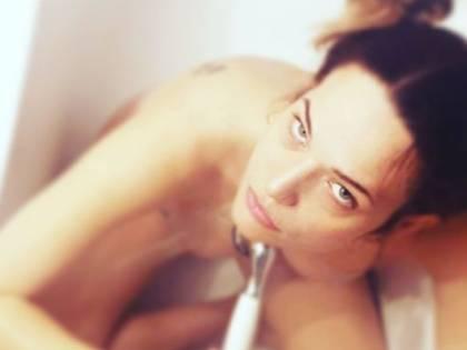 Laura Chiatti nuda nella vasca da bagno