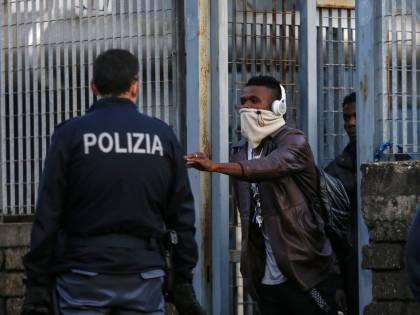 Migranti positivi al Covid, adesso pure Riace dice no