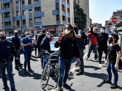 Antagonisti sfidano la polizia. Rompono lockdown a Milano