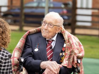 L'Inghilterra prega per il capitano Moore: l'eroe centenario adesso lotta contro il virus