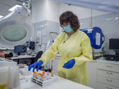 """La speranza dal vaccino italiano. """"Gli anticorpi bloccano il virus"""""""