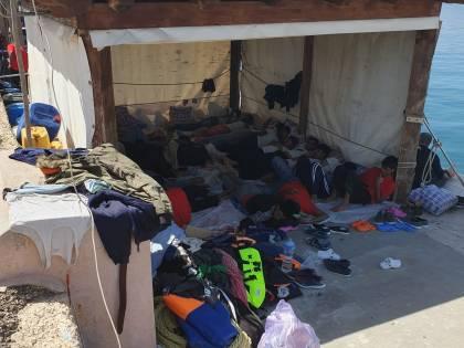 Migranti, ammassati al Molo: così Lampedusa sta esplodendo