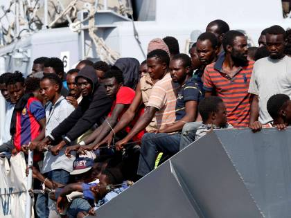Migranti, il sistema delle coop: costi gonfiati e conti aggiustati