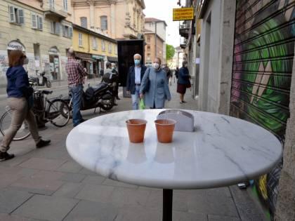 Aosta, ordina un caffè e lo beve davanti al bar: per lui multa di 280 euro