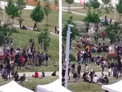 """Maxi assembramento vicino al centro sociale: """"Qui i migranti continuano a spacciare"""""""