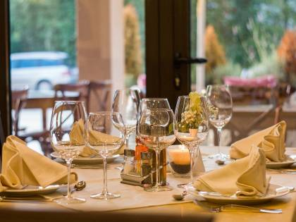 Mantenere le distanze al ristorante? Arrivano i manichini