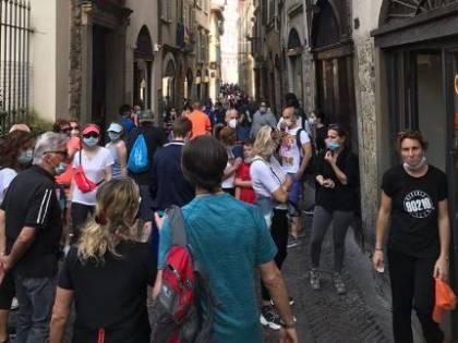 """Folla nei vicoli di Bergamo Alta, Gori: """"Non sono bastati centinaia di morti?"""""""