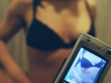 Pubblica foto intime della ex fidanzata sui siti di escort: arrestato