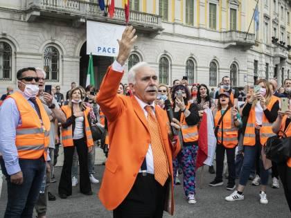 Assembramenti a Milano. La farsa dei gilet arancio finisce con una denuncia
