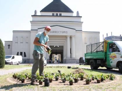 Mattarella depone i fiori al cimitero di Codogno per onorare le vittime