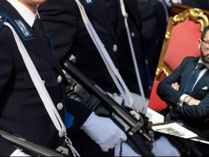 'Sforzi per le carceri', 'Aria fritta'. È scontro tra polizia e il M5S