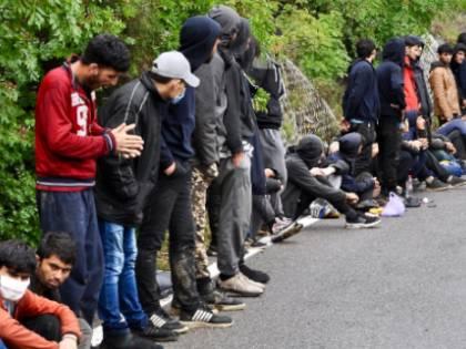 La rotta balcanica scoppia Immigrati incontenibili