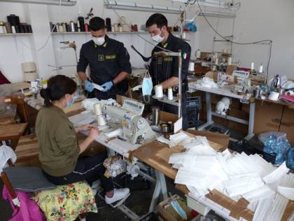 Operai-schiavi producevano mascherine per la Regione Toscana e la Protezione civile: 13 arresti