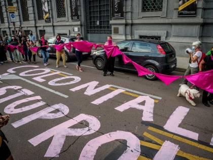 È un flop il presidio delle femministe contro Indro sotto Palazzo Marino