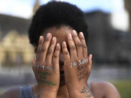 """La follia dei Black lives matter: """"Abbattere le statue di Gesù"""""""