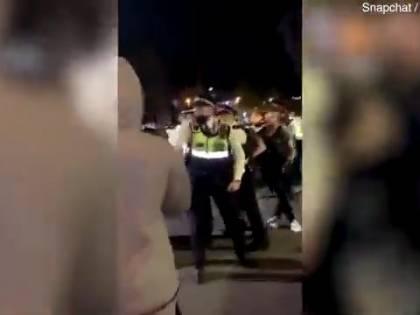 Londra, polizia interviene per bloccare un party abusivo: scoppia la guerriglia urbana