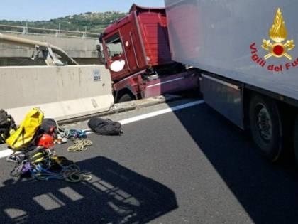 Tir in bilico sul viadotto: autista salvato dai vigili del fuoco