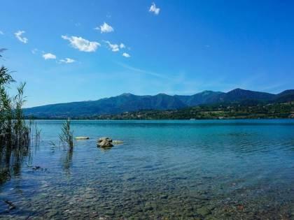 Lecco, prendono il sole nudi sulla spiaggia del lago: 3.300 euro di multa a testa