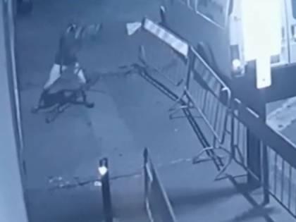 Permesso di soggiorno revocato, marocchino sfonda la porta a vetri dell'ufficio immigrazione