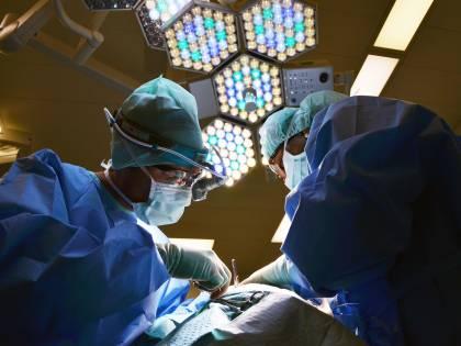 Offese omofobe al paziente. Sospeso un primario a Varese