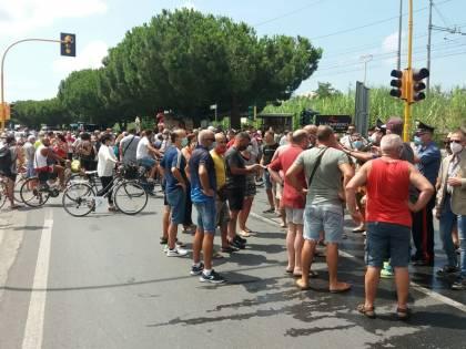 Calabria, proteste per i migranti positivi: scende in campo l'esercito