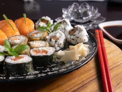 Giappone, ragazza mangia del sushi e si ritrova con un verme di 4 centimetri in gola