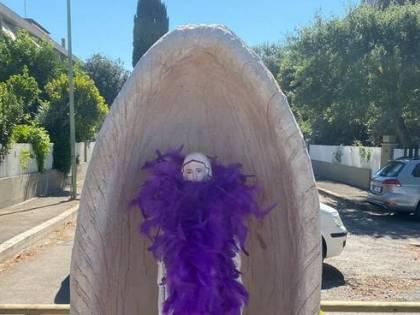 Statuina della Madonna profanata: sindaco di Grosseto la porta in ufficio