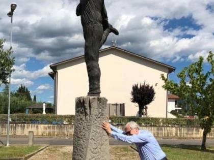 """Sgarbi sulla statua a Benigni: """"Prima o poi riuscirò a buttarla giù"""""""