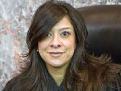 Sicario a casa del giudice: vendetta per la sentenza. Figlio ucciso, marito ferito