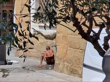 Uomo completamente nudo si lava ad una fontanella in pieno centro a Firenze