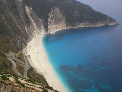 Travolto da frana sulla spiaggia in Grecia: 45enne in fin di vita