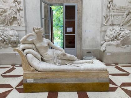 Statua di Canova mutilata per un selfie