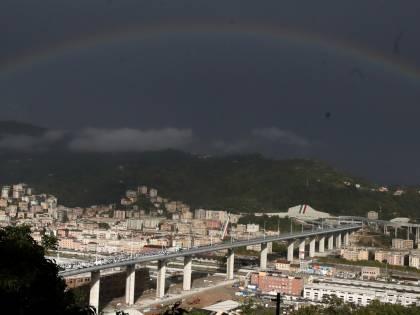 L'arcobaleno abbraccia Genova. È la rivincita di una città operaia