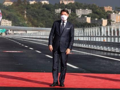 Il governo sfila sul ponte. Ma si è già scordato code e traffico in Liguria