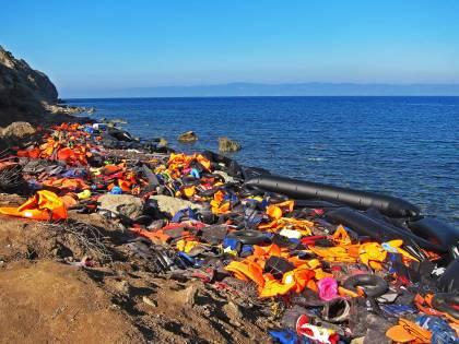 """La """"mafia dei gommoni"""" si stabilisce a Bruxelles per il traffico di migranti attraverso la Manica"""