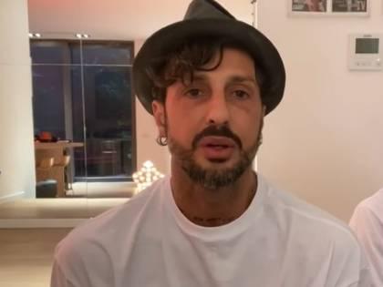 In sosta vietata e senza mascherina: Fabrizio Corona se ne infischia dei divieti