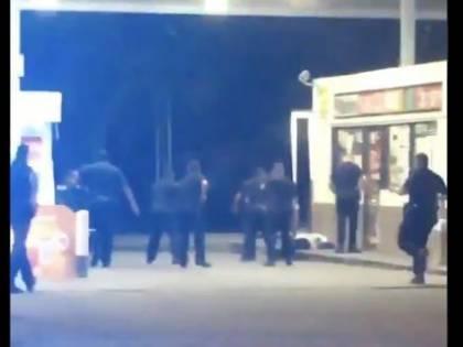 Usa, afroamericano ucciso da polizia Violenti scontri in strada