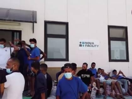 Le navi quarantena non bastano, migranti ammassati nell'hotspot