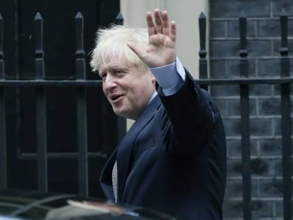 """""""Immigrati su navi al largo della costa"""": il piano britannico per fermare i clandestini"""