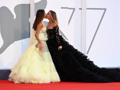 Venezia si infiamma con il bacio saffico tra Mila Suarez e Elisa De Panicis