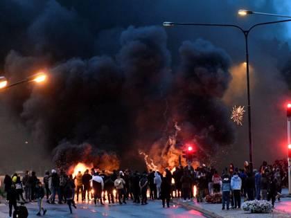 """La Svezia brucia, i musulmani: """"Adesso cambiate costituzione"""""""