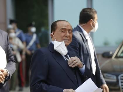 Gli 84 anni di Berlusconi tra Covid, lavoro, regali. E sorride: è negativo