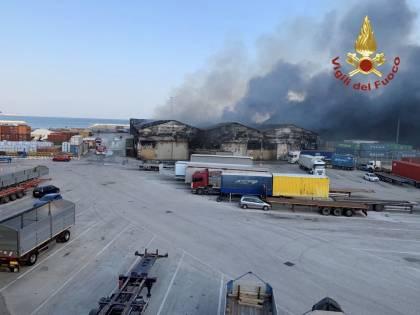 """In fiamme il porto di Ancona. Il sindaco: """"Finestre serrate, non uscite"""""""