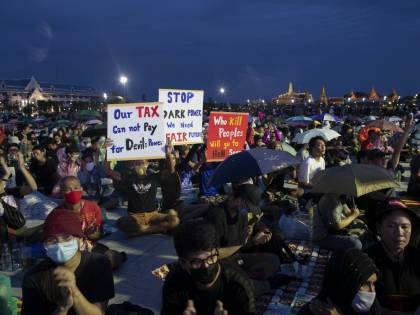 """""""La Thailandia al popolo"""". Marce e lettere contro il re"""