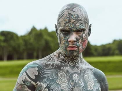 """Il maestro troppo tatuato non insegna più all'asilo """"Fa paura ai nostri figli"""""""